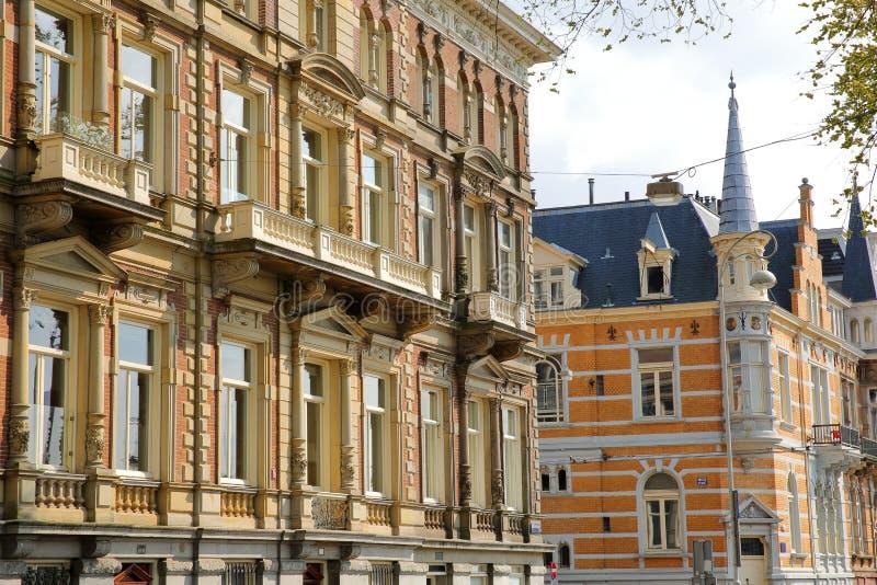 Traditionella holl?ndska gamla fasader som lokaliseras p? den Weesperzijde gatan l?ngs den Amstel floden, Amsterdam royaltyfria foton