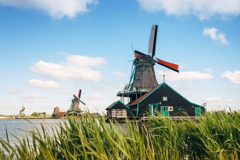 Traditionella holland väderkvarnar på bakgrund för blå himmel, Kinderdijk arkivfoto