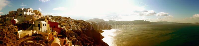 Traditionella hus för Santorini panoramaOia stad royaltyfri fotografi