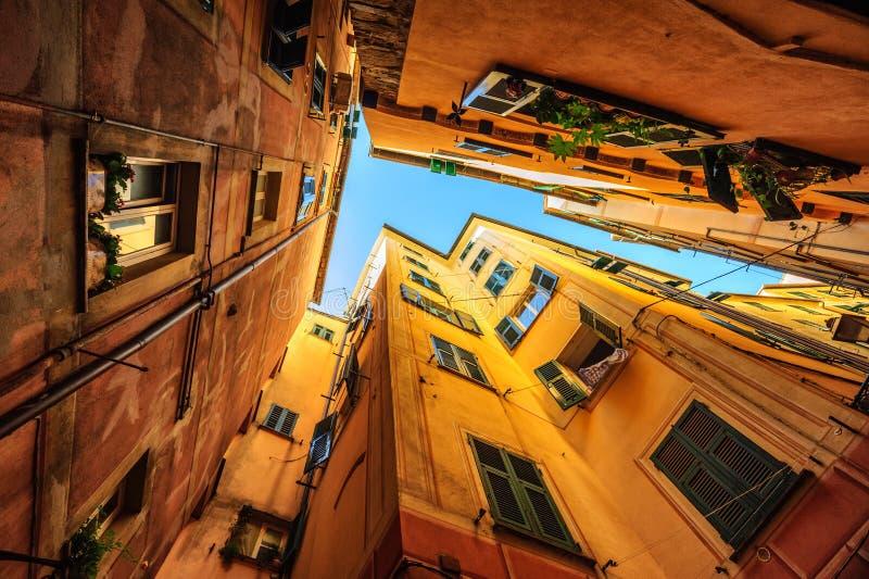 Traditionella hus i en smal gata i Genua, Italien royaltyfri bild