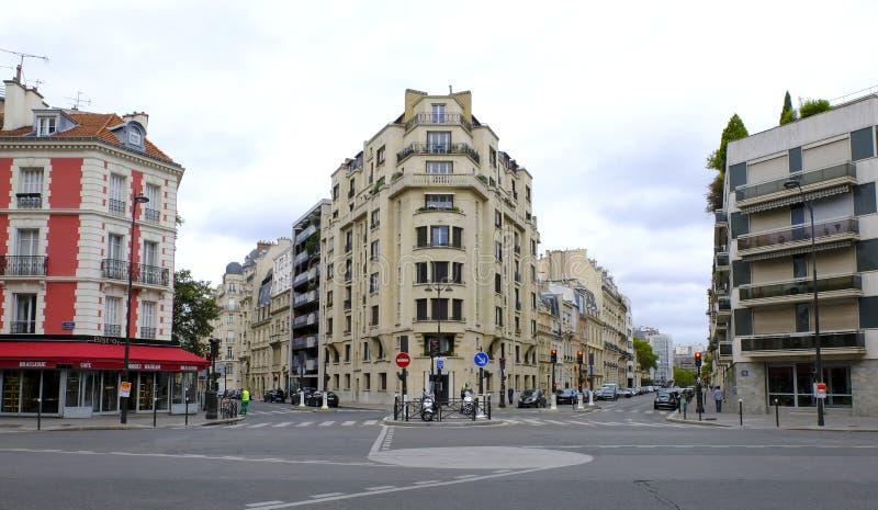 Traditionella hyreshusar med det gamla parisian huset för typiska fasader med franska balkonger och blomkrukor france royaltyfri fotografi