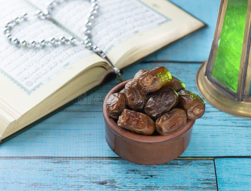 Traditionella Iconic objekt av den heliga månaden av Ramadan fotografering för bildbyråer