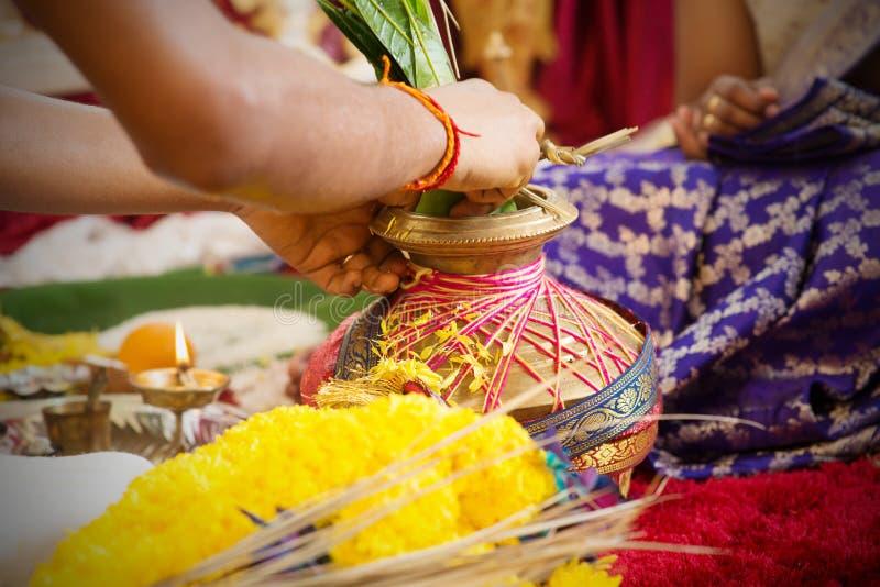 Traditionella indiska hinduiska be objekt royaltyfria foton