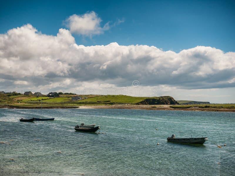 Traditionella irländska fiskebåtskyttlar i ståndsmässiga Galway, nära L royaltyfri foto