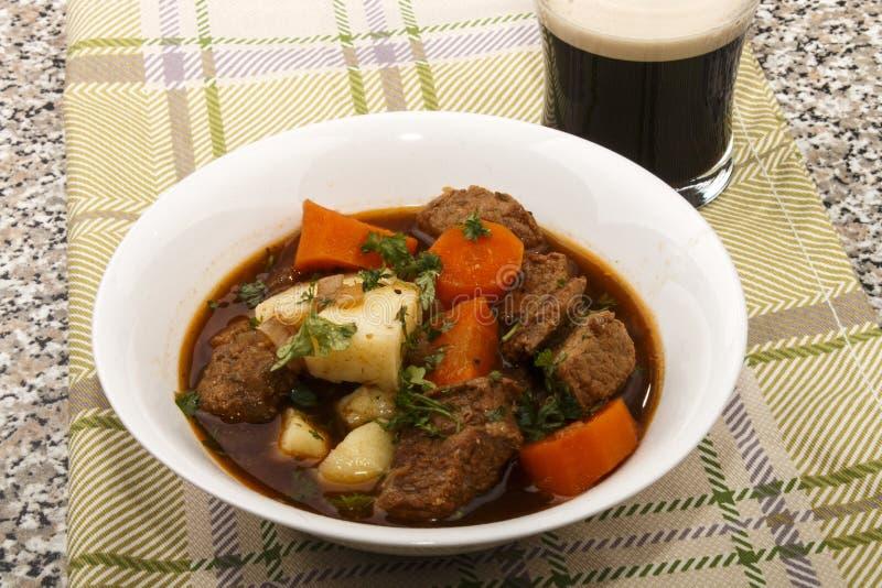 Traditionella irländska nötkött och guinness låter småkoka med moroten och nytt p arkivfoto