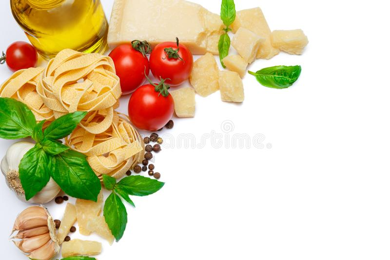 Traditionella italienska produkter - pasta, parmesanost, tomater, olivolja royaltyfria bilder