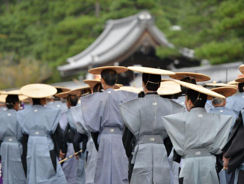 Traditionella japandräkter under jidaimatsurifestival i kyoto Japan royaltyfri fotografi