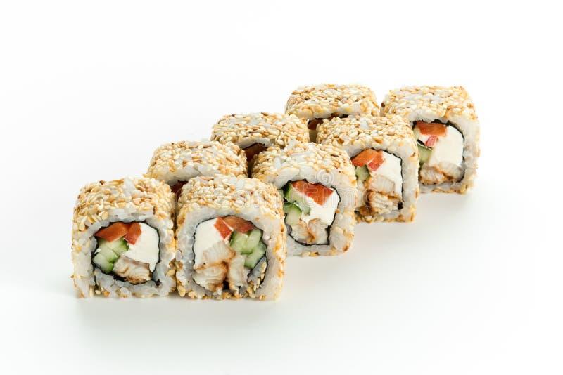 Traditionella japanska sushirullar med ålen, gurkan, philadelphia och sesam på vit bakgrund royaltyfria bilder