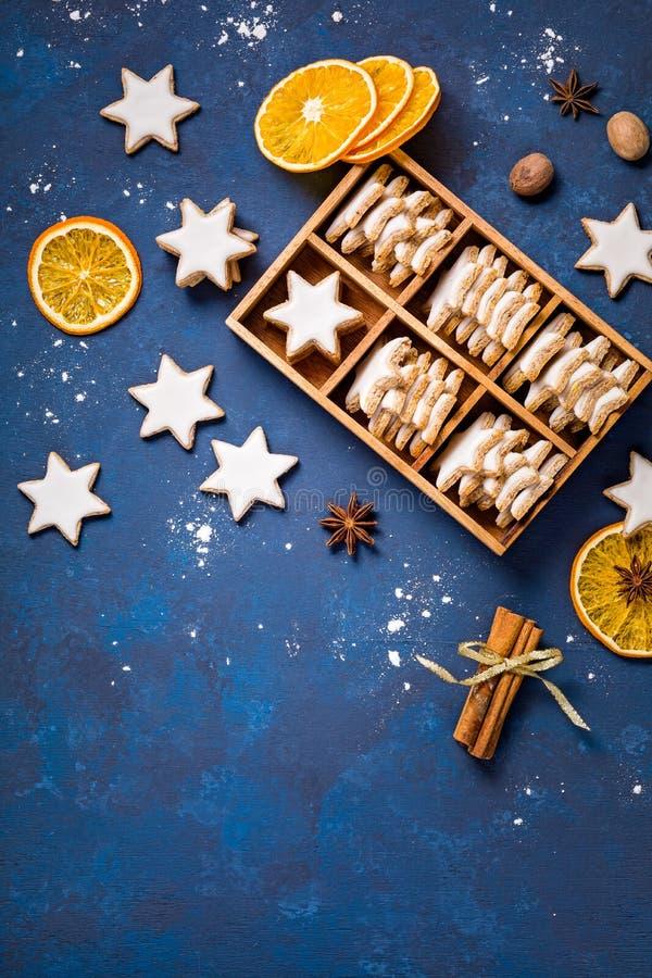 Traditionella kanelbruna stjärnakakor arkivbild