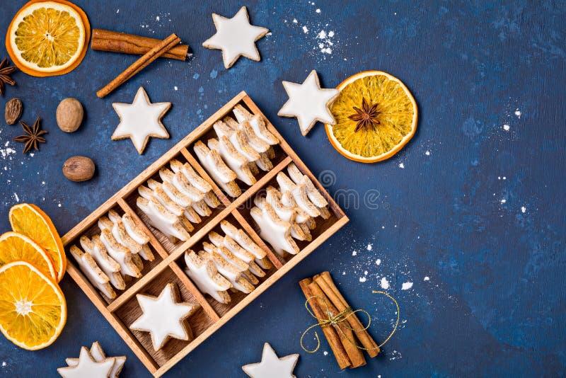 Traditionella kanelbruna stjärnakakor fotografering för bildbyråer