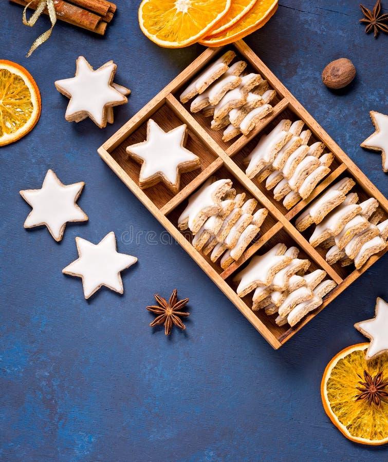Traditionella kanelbruna stjärnakakor royaltyfri fotografi
