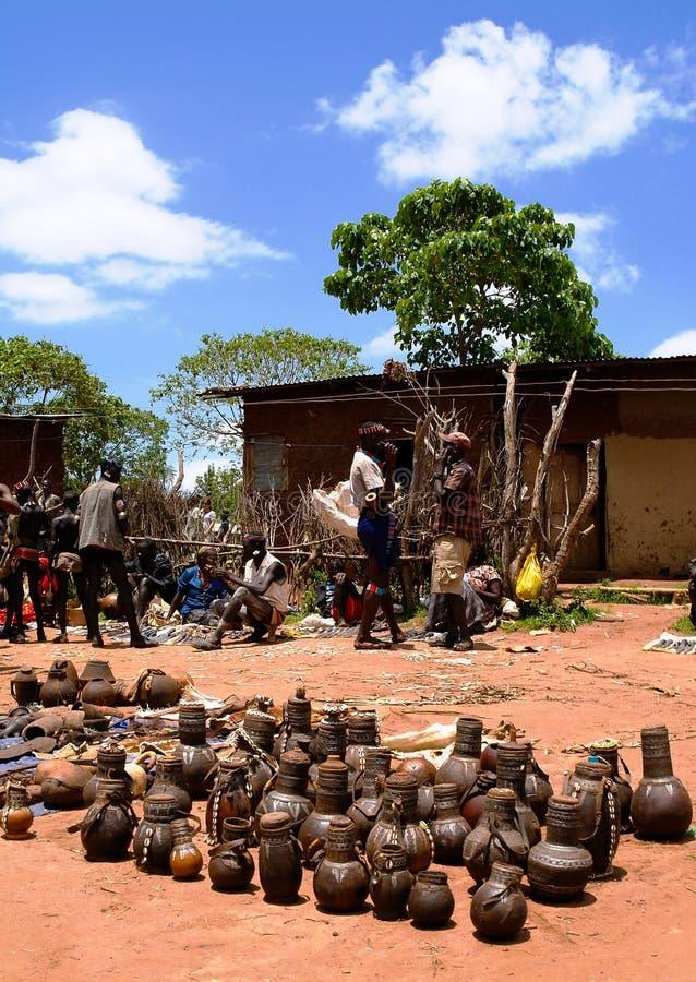 Traditionella kannor och krukor på den lokala marknaden Kei Afer, Omo dal, Etiopien för hemslöjder royaltyfri fotografi