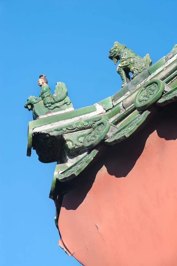 Traditionella keramiska diagram på taket av Lama Temple, Peking arkivfoto