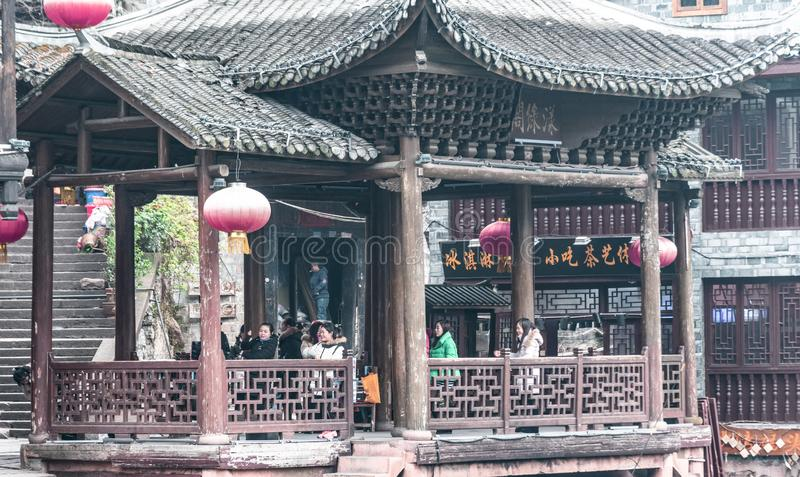 Traditionella kinesiska övningar i en paviljong arkivfoto