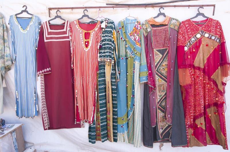 Traditionella kvinnabeduinklänningar i Jordanien arkivfoto