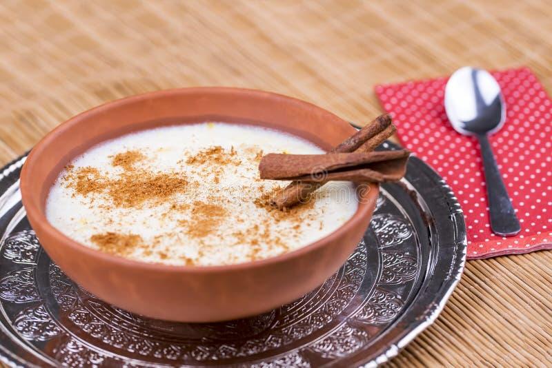 Traditionella läckra turkiska efterrätter; risgrynsgröt med mjölkar Sutlac royaltyfria bilder