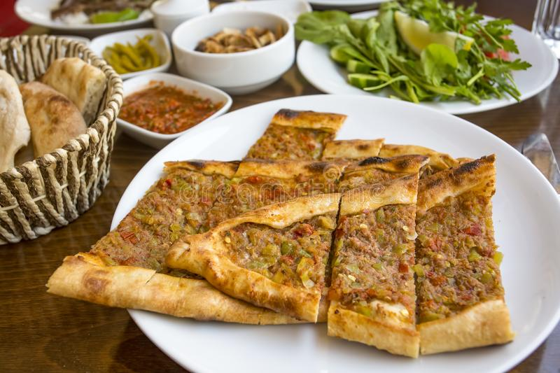 Traditionella l?ckra turkiska foods; Turkisk pizza, pide royaltyfri fotografi