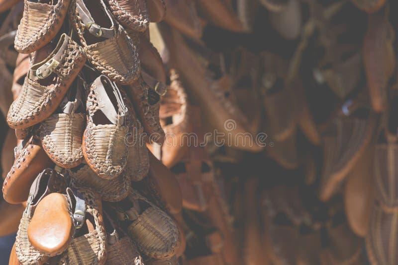Traditionella läderskor, Skopje, Makedonien royaltyfria bilder