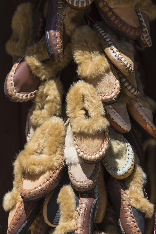 Traditionella läderskor, Skopje, Makedonien arkivbilder