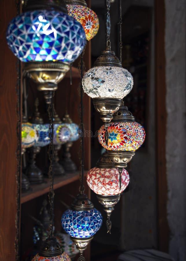 Traditionella lampor för ottomanstilmosaik som är till salu som souvenir i en lokal basar royaltyfria foton