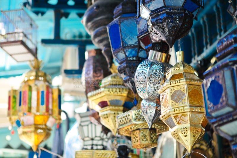 Traditionella lampor shoppar in i medinaen av Tunis, Tunisien fotografering för bildbyråer