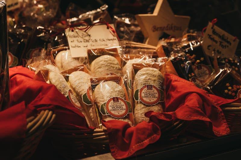 Traditionella Lebkuchen på julvärlden på Rathausplatz, Wien arkivbilder