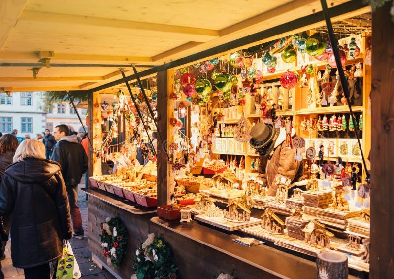 Traditionella leksaker för shopping för affär för hantverkarejulmarknad fotografering för bildbyråer