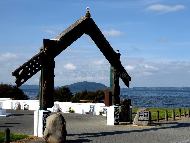 Traditionella Maori Wooden sned porten framme av sjön rotorua Nya Zeeland royaltyfria foton