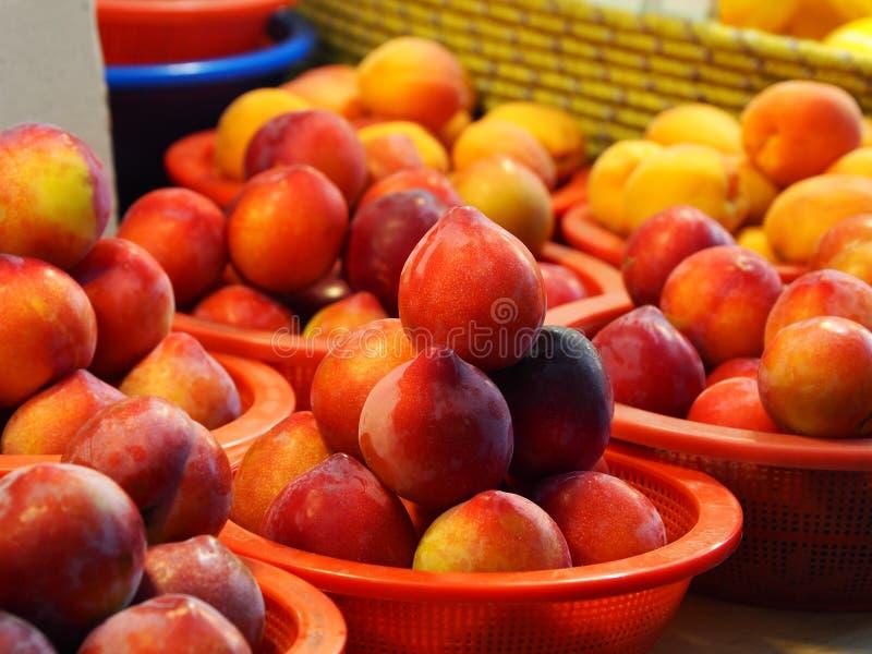 Traditionella marknadsfrukter och grönsaker, plommon royaltyfria foton