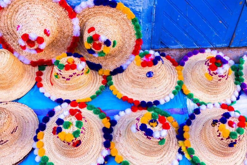 Traditionella marockanska färgrika hattar av den blåa medinaen i Chefcha royaltyfri bild