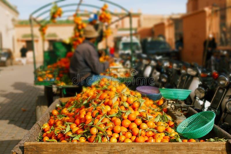 Traditionella Marocko fruktapelsiner i gata shoppar souk arkivbild