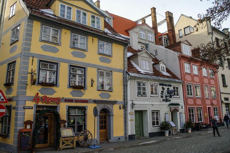 Traditionella medeltida hus i den Livu fyrkanten gammal riga town royaltyfria bilder