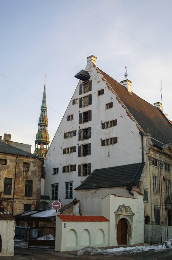 Traditionella medeltida hus i gata av Riga den gamla staden arkivfoto