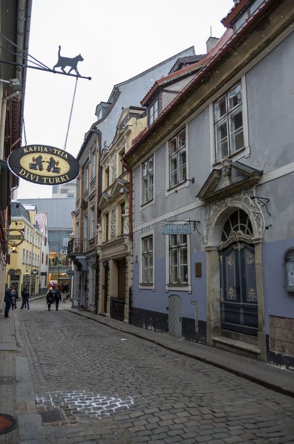 Traditionella medeltida hus i gata av Riga den gamla staden Vinter arkivfoton