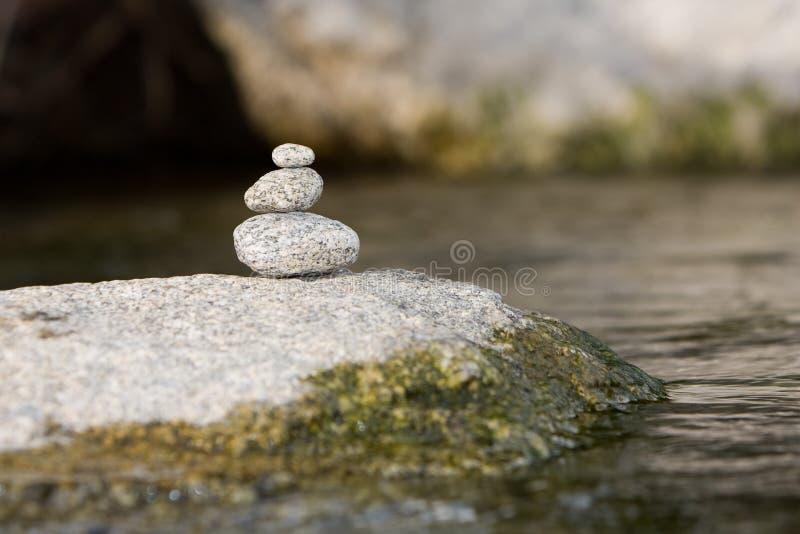 Traditionella meditationzenstenar planlägger på en flod fotografering för bildbyråer