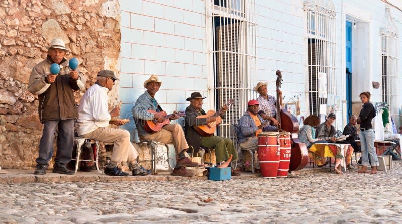 Traditionella musiker som leker i gatorna i Trinidad, Kuba. arkivbilder