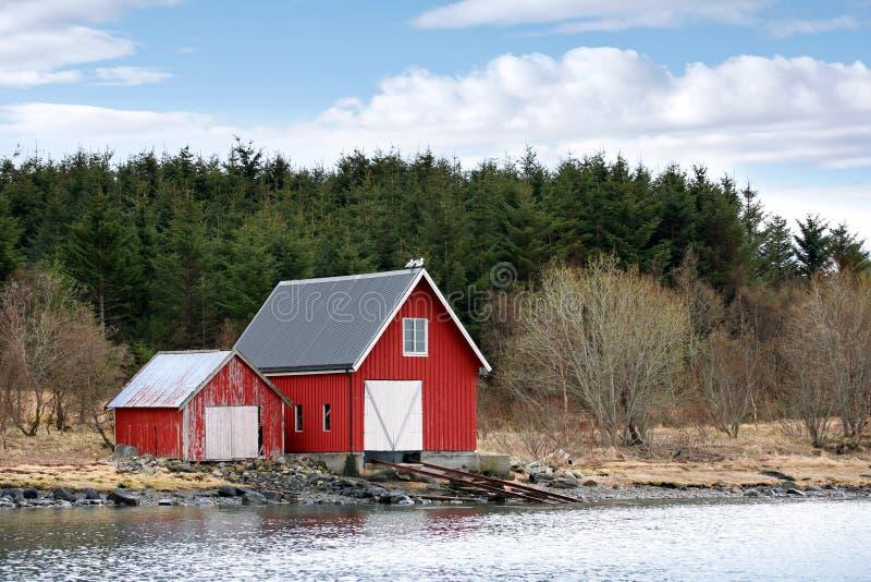 Traditionella norska röda träladugårdar royaltyfri bild