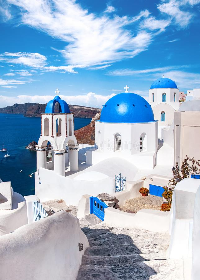 Traditionella och berömda hus och kyrkor med blåa kupoler över calderaen, Oia, Santorini, Grekland ö, Aegean hav h?rligt arkivbild