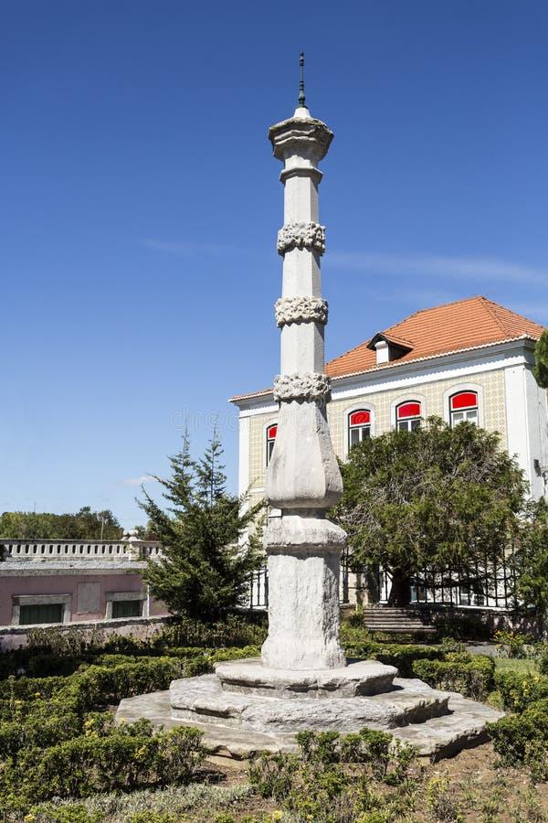 Traditionella Oeiras ställer vid skampålen royaltyfria bilder