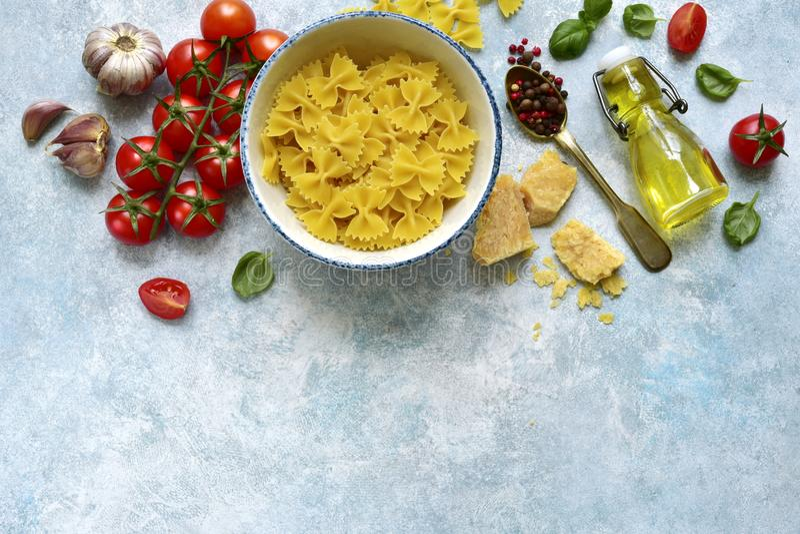Traditionella organiska ingredienser av italiensk kokkonst: pasta, tomat, vitlök, olivolja, parmesanost och basilika Bästa sikt m fotografering för bildbyråer