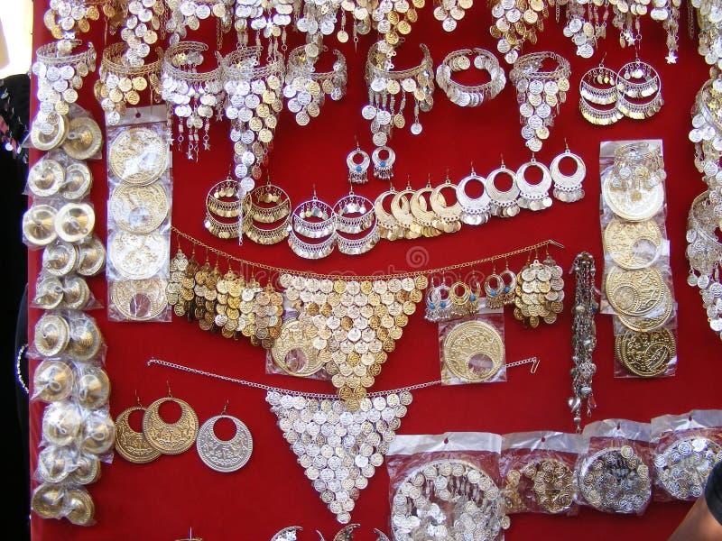 Traditionella orientaliska arabiska smycken på skärm i soukmarknad royaltyfri fotografi