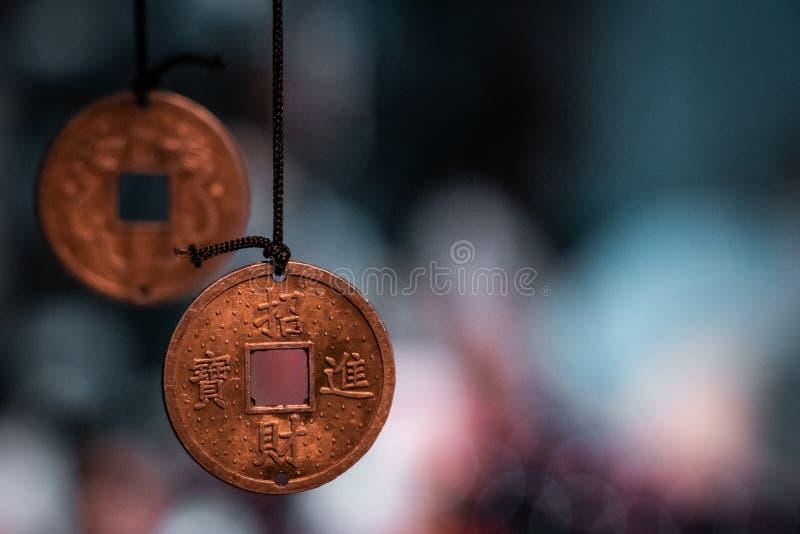 Traditionella orientaliska miniatyrförmögenhetmynt som göras in i halsband, ordnar till för att sälja arkivbilder