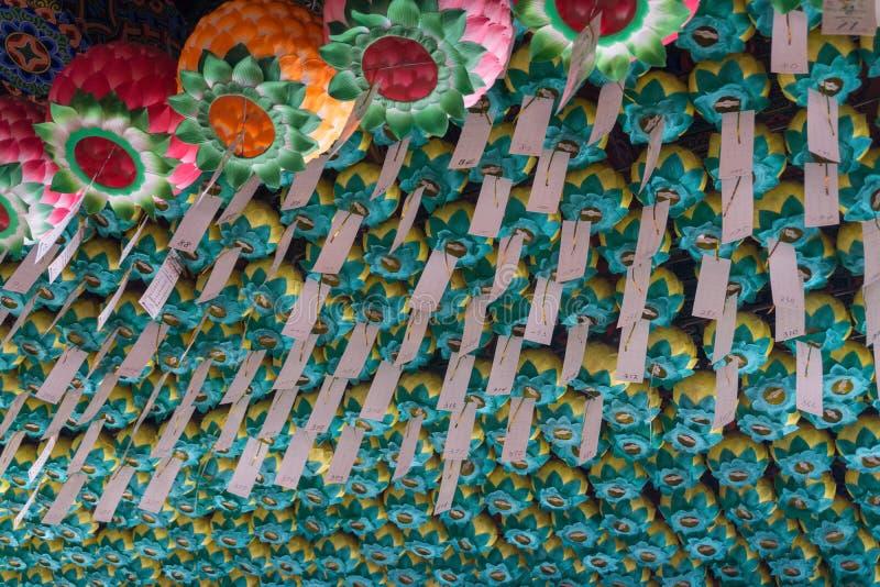 Traditionella pappers- lampor över taket royaltyfria foton