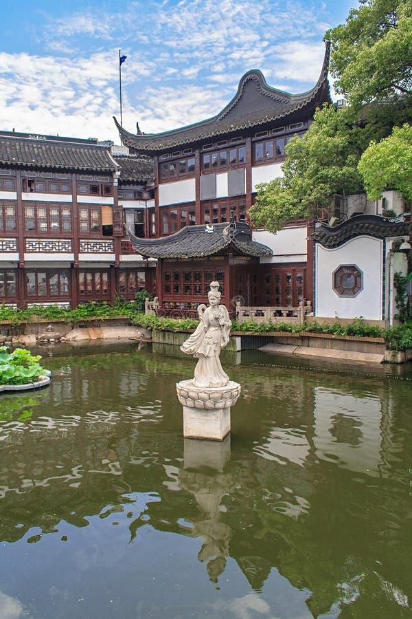 Traditionella paviljonger i Yuyuan arbeta i trädgården trädgården av lycka Shanghai, Kina arkivbilder