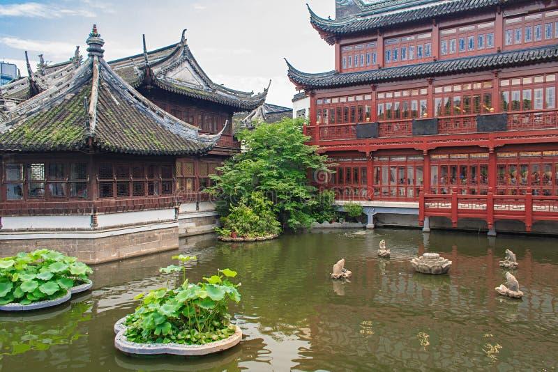 Traditionella paviljonger i Yuyuan arbeta i trädgården trädgården av lycka Shanghai, Kina royaltyfri foto
