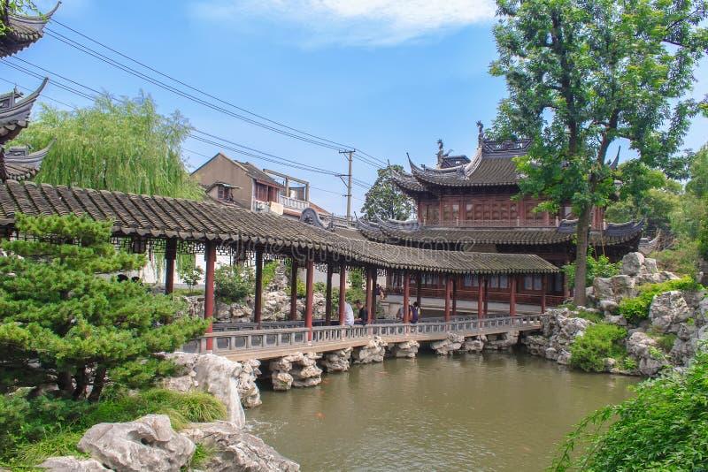Traditionella paviljonger i Yuyuan arbeta i trädgården trädgården av lycka Shanghai, Kina royaltyfri bild