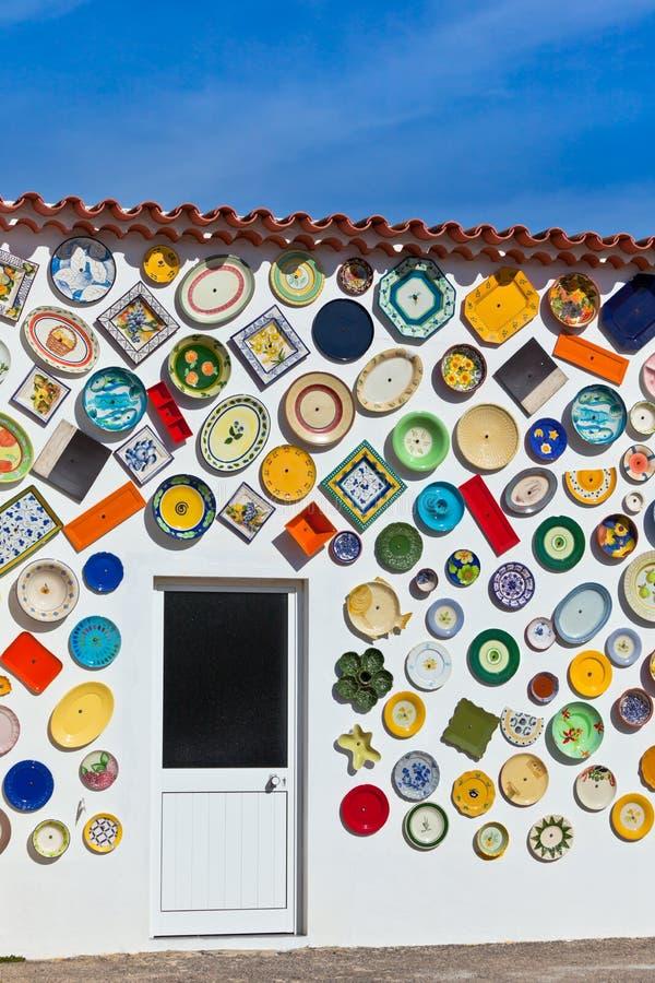 Traditionella portugisiska krukmakeriplattor på en vägg i Algarve royaltyfri fotografi
