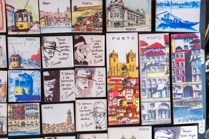 Traditionella portugisiska magnetsouvenir som är till salu på den Porto marknaden (Mercado gör Bolhao), portugal royaltyfri fotografi