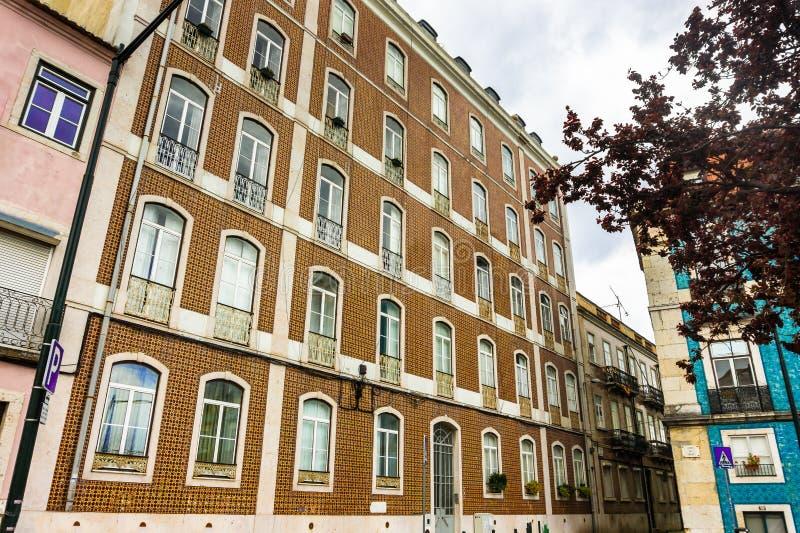 Traditionella portugisiska tegelplattor Azulejos på ett gammalt hus med fönster arkivbilder