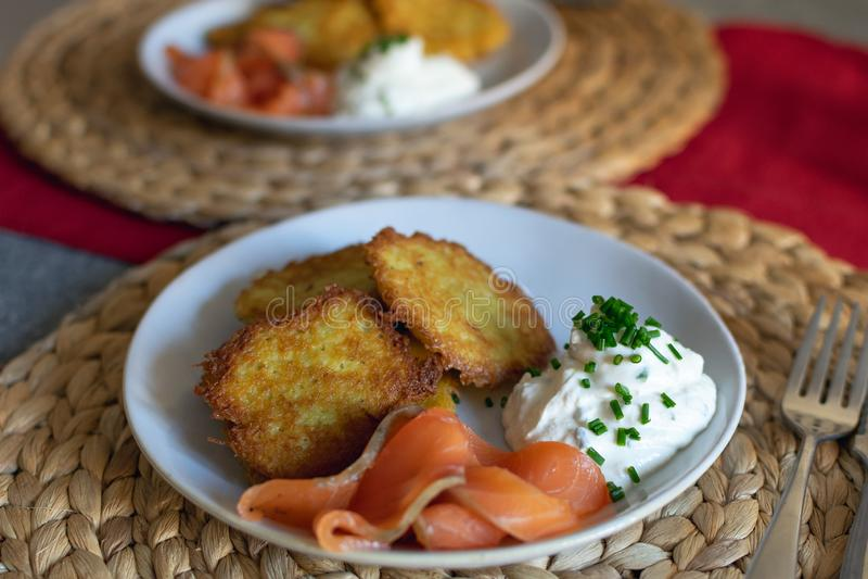 Traditionella potatisstruvor, pannkakor fotografering för bildbyråer